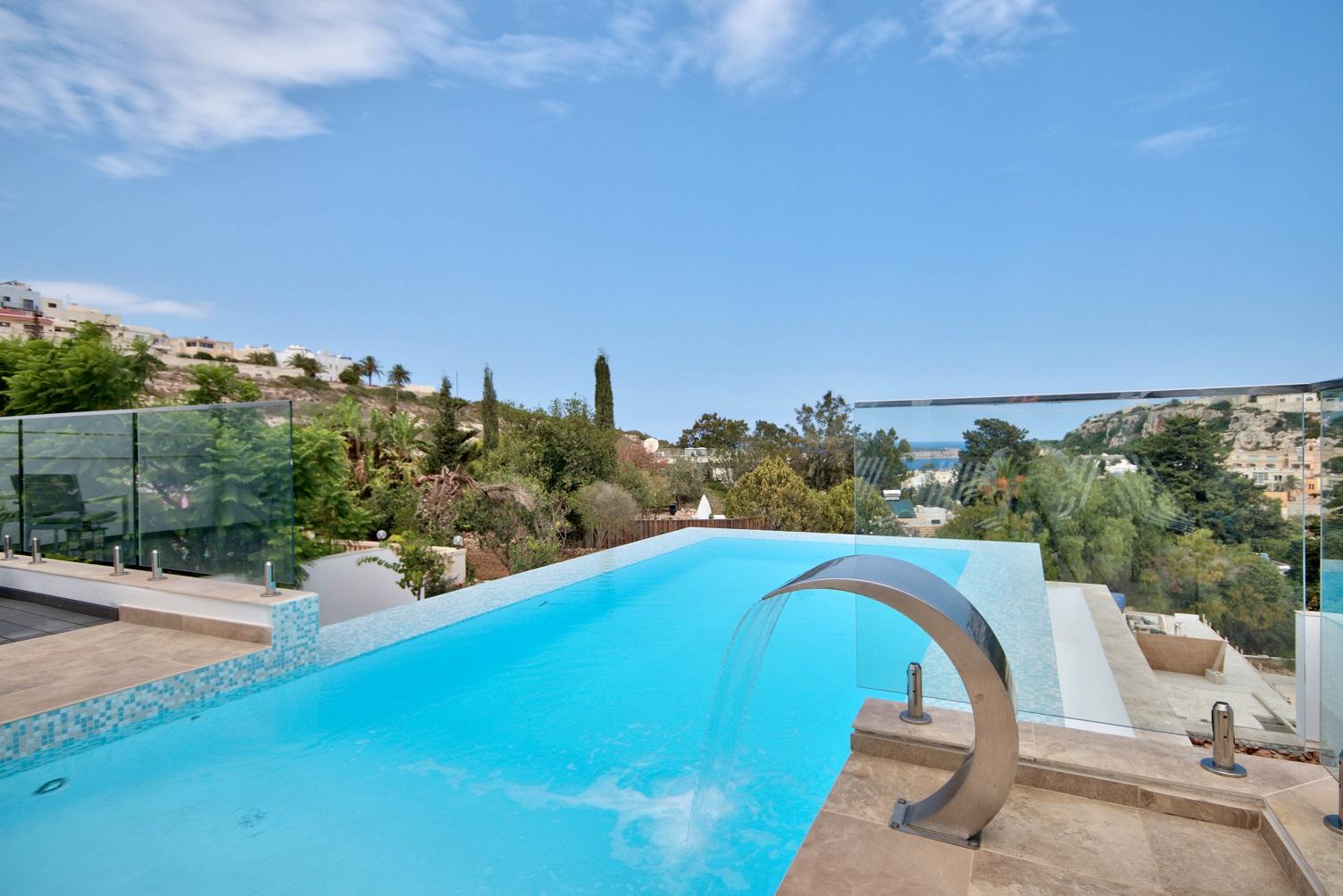 Short lets malta blog villa gaia infinity pool close up for Villas with infinity pools
